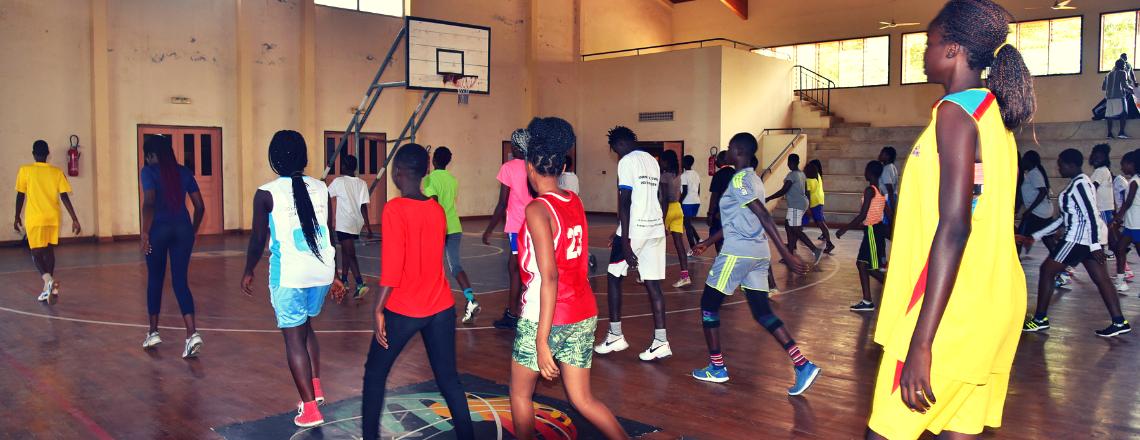35 Jeunes Filles Formées aux Valeurs Sportives à travers le Basketball